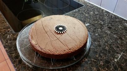 Die ganze Torte mit dem Sternfaden zum Durchschneiden der Tortenböden.