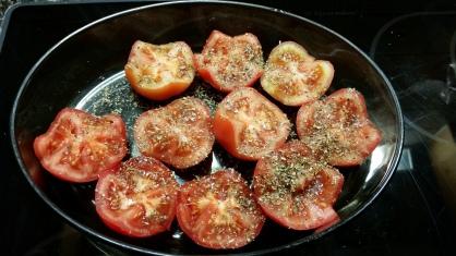Im Ofen gedämpfte Tomaten mit Oregano.