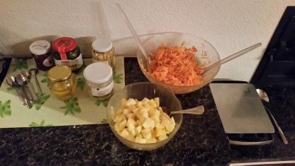 Frische Ananas, Karottensalat und eingelegtes Gemüse.